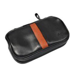 Pouzdro na 2 dýmky Etue Angelo, černé-hnědý pruh, koženka-Pouzdro (Etue) na 2 dýmky se zipem a vnitřní kapsou na kuřácké potřeby. Pouzdro na dýmku je koženkové.