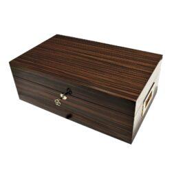 Humidor na doutníky Angelo 50D, leštěný, stolní-Stolní humidor na doutníky s kapacitou cca 50 doutníků. Dodáván s vlhkoměrem a 2x zvlhčovačem. Vnitřek humidoru je vyložený cedrovým dřevem. Rozměr: 40x24x14,5 cm. Povrchová úprava: lesklý.