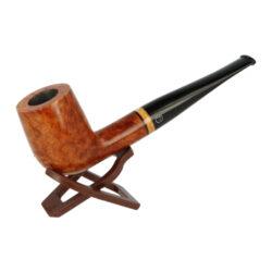 Dýmka Jirsa Supreme, filtr 9mm-Dýmka Jirsa Supreme z bruyerového dřeva s filtrem. Kvalitní a precizně vyrobená dýmka od známého výrobce Oldřicha Jirsy. Lehce prohnutá dýmka je v hladkém světle hnědém provedení s jemným tmavším žíháním. Hlava i náustek je lesklý. Dýmka je dodávána v originální dárkové krabičce zabalená do látkového pytlíku. Vyobrazený stojánek není součástí balení dýmky.  Filtr do dýmky: 9mm Délka dýmky: 148mm Výška hlavy: 42mm Šířka hlavy: 44mm Průměr tabákové komory: 20mm Hloubka tabákové komory: 34mm Hmotnost dýmky: 44g