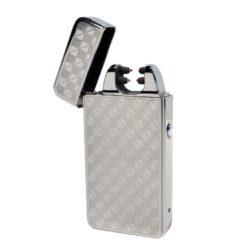 USB zapalovač Hadson Anemoi Arc, el. oblouk, chrom-USB zapalovač s elektrickým zapalováním. USB zapalovač využívá k zapálení plazmový oblouk namísto tradičního plynu, který vznikne elektrickým výbojem. Plazmový zapalovač má integrovaný MicroUSB port, kterým se USB zapalovač dobíjí. V balení je přiložen nabíjecí MicroUSB-USB kabel. Doba nabíjení USB zapalovače cca 60 minut. Výška zapalovače 7,5cm.