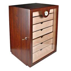 Humidor na doutníky Cabinet třešeň 150D, stolní-Stolní humidor na doutníky, uzamykatelný s kapacitou cca 150 doutníků. Dodáván s vlhkoměrem, 2x polymerovým zvlhčovačem a sedmi šuplíky. Vnitřek humidoru je vyložený cedrovým dřevem. Rozměr: 49x33x28 cm.