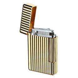 Zapalovač S.T. Dupont Initial Line, zlatý-Luxusní plynový zapalovač S.T. Dupont Initial Line známé francouzské značky. Moderní klasika - to jsou slova, co vystihují tento elegantní styl řady Initial vydanou k 75. výročí prvního luxusního zapalovače Dupont. Dokonale zpracovaný kovový kamínkový zapalovač, který skvěle kombinuje funkci a elegantní vzhled. Na boku najdeme škrtací mechanismus. Ve spodní části najdeme plnící ventil plynu a ovládání intenzity plamene. Kamínek se mění v horní části zapalovače. Zapalovač je dodáván v dárkové krabičce vyložené jemným sametem. Výška 5,5cm. Vyrobeno ve Francii. Zapalovače S.T. Dupont nejsou při dodání naplněné plynem.  a target=_blank href=https://www.youtube.com/watch?v=f-vU7RkNZyc3D prezentace produktu/a