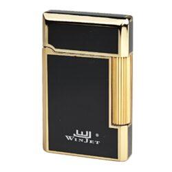 Zapalovač Winjet Paris black-gold-Elegantní zapalovač Winjet Paris s kamínkovým zapalováním. Kvalitně zpracovaný kovový zapalovač v černozlaté kombinaci s lesklým povrchem má na boku škrtací mechanismus. Ve spodní části je umístěn plnící ventil plynu a ovládání intenzity plamene. Výměna kamínku se provádí v horní části zapalovače. Zapalovač je dodáván v originální dárkové krabičce vyložené jemným sametem. Součástí balení jsou tři náhradní kamínky. Výška 6cm.